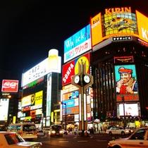 【すすきの繁華街】。ホテルから徒歩3分。