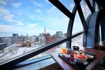 15階レストランからの風景。窓際にもお席をご用意しております。この景色も旅の思い出ですね。