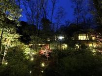 離れが囲む中庭は日没とともに幻想的な雰囲気に