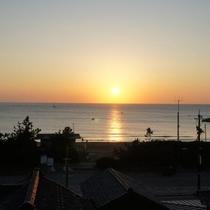 館内から見える夕陽