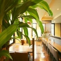 花々亭レストラン内 観葉植物が落ち着いた館内を演出♪