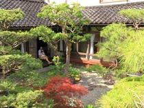 ゆうか庵の縁側から見える庭園も手入れをしており落ち着けます