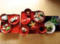 """輪島塗の漆器に地元産の""""自然""""が盛り付けられます。「料亭のようなお食事」と言われることもあります。"""
