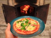 朝採れの野菜が沢山のったピザを自家製のピザ窯で焼きました