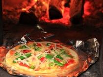 """トマトソースと""""採れたて""""野菜ピザです。こちらも大変評判が良いです!朝からピザを楽しみませんか?"""