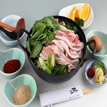 たっぷりの島根県産野菜と豚肉、鶏肉の入ったリピーター続出の定番鍋