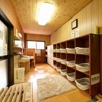 *女湯/掃除がゆきとどいた脱衣スペース。ベビーベットも完備!