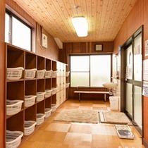 *脱衣処(男湯)/掃除がゆきとどいた脱衣スペース。