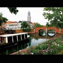 運河を優雅に走るカナルクルーザー