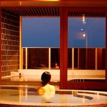 温泉から外を眺めるP