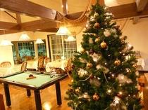 クリスマス装飾されたラウンジ