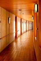 「銀河鉄道の夜」をモチーフにした、緩やかな曲線を描く廊下