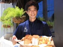 地元パン屋さんの紅イモパンや黒糖パンなどの美味しいパンを朝食にてお召し上がりください