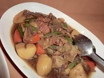 """[肉じゃが]  """"おふくろの味""""じゃがいものホクホクした仕上がりと肉の旨味がよくしみています。"""