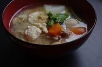 [豚汁] 里芋、大根など季節野菜の甘みと豚肉の旨味が、お味噌と合わさって、やみつきになりそう。