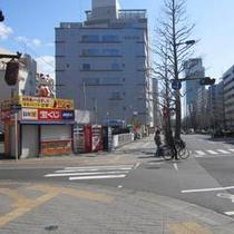アクセス車⑥江陽さんと宝くじ売り場の間を左折します