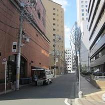 アクセス車⑨そのまま直進すると右手側2つ目のブロックがホテル裏です