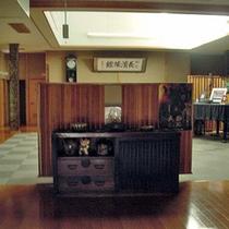 館内は85年の歴史を感じさせる老舗旅館(ロビー)