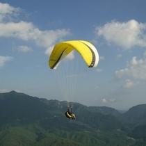 △パラグライダーで雄大な風景を楽しむ