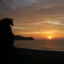 △熊野灘に昇る朝陽と獅子岩