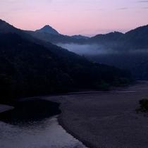 △熊野川の静かな夜明け