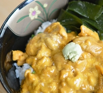 夕食は3種の選べる海鮮丼(ウニ)