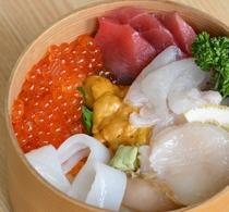 夕食は3種の選べる海鮮丼(海の幸いろいろ)