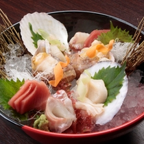 夕食は温かみあふれるレストランで青森の滋味豊かな会席料理を堪能。
