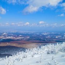 八甲田の山頂駅から春と冬のコントラストを眺める