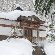 *【外観】冬は雪に覆われた当館。静かな空間の中でお寛ぎ下さい。