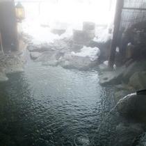 *【露天風呂】渓流と隣り合わせの露天風呂。野趣溢れる岩造りです。