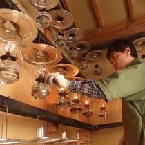 *【ランプ】ひとつひとつ、その日使用するランプに明かりを灯します。