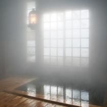 *【内湯】ランプの明かりが照らし出す、風情あるヒバ造りの内湯