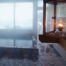 *【滝見の湯】ランプの明かりの中で温泉浴をお楽しみ頂けますよ。