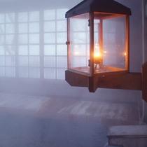 *【健六の湯】総ヒバ造りのお風呂…ランプの温かな光が照らします。