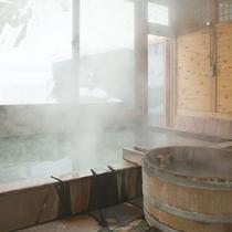 *【滝見の湯】広々としたお風呂につかって、温泉浴を楽しもう。