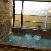 【温泉*源泉掛け流し】檜と石で出来た浴槽になみなみと注ぐ♪