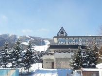 ホテル外観と富良野スキー場