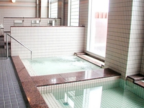 【大浴場】天然ミネラル鉱石を使った光明石温泉。お湯がやわらかくて、湯ざわりが最高です。