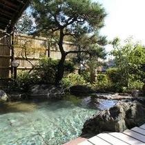 日射しの中の露天風呂