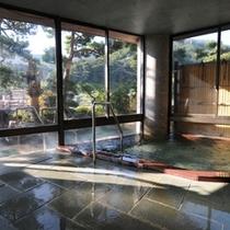 朝日にきらめく大浴場