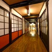 *【館内】歴史ある造りの中に、どこかモダンな空気も漂う館内。
