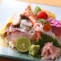【島グルメランチ】海の幸を散りばめた海鮮ちらし寿司。