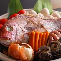 【淡路島の宝楽焼】 土鍋で魚介類を豪快に蒸し焼きに。素材の旨みをダイレクトに愉しめる。