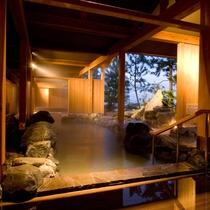 【くにうみの湯】 海に面した露天風呂。松の庭で木々や海の香りを感じながらゆるやかな湯浴みを