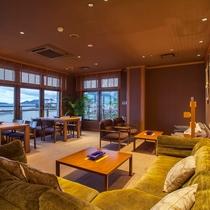 【ロビーラウンジ】海の見える眺めの良い喫煙室もご用意しています。