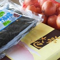 【売店 島じまん】特産の玉葱・びわを使った商品や、海産物、地ビールなど多数取揃えています。