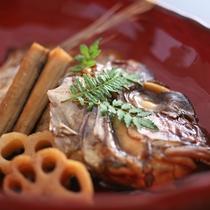 【鯛のあら煮】甘辛く煮付けた鯛のかぶとと滋味豊かな根菜は抜群の組み合わせ。