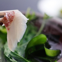 【鯛のしゃぶしゃぶ】新鮮な鯛と若布は絶妙の取り合せ。