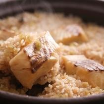 【鯛釜飯】秘伝のダシと鯛の身から出る旨みが重なり合う。目の前で炊き上げる釜飯は大人気。